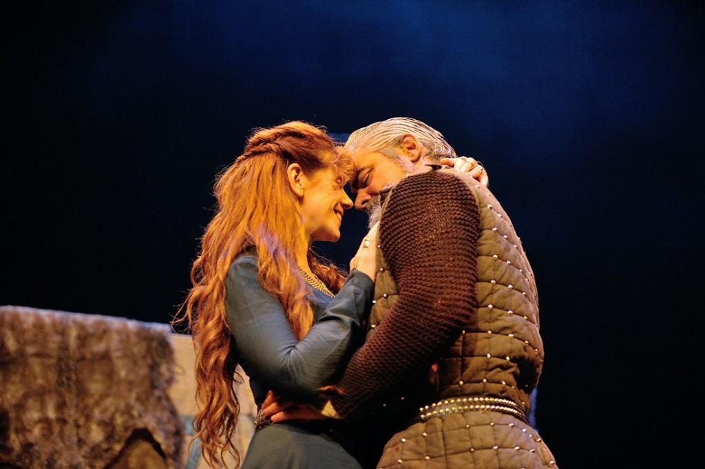Gruach and Siward kiss.