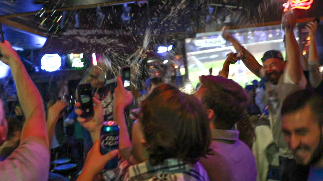 Cheers And Beers Wrigleyville Bar Toasts Cubs Historic