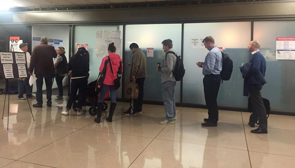 Voters eager to beat the rush expected at this polling booth in downtown Chicago lined up early in the morning to cast their ballots on Nov. 8. (Muna Khan/Medill)