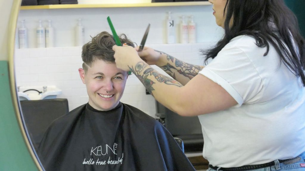 Stacy Fox getting her hair cut by stylist Maeva Fernandes at Barbara and Barbara. (Thomas Ilalaole/MEDILL)